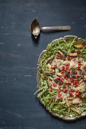 Meža zemeņu un grilētu dārzeņu salāti