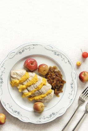 Papīra sainīšos sutināta garšaugu vistiņa ar medus sīpoliem un pikantu burkānu biezeni