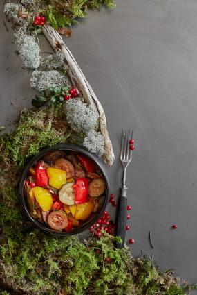 Baltvīnā sautēti dārzeņi ar brūkleņu un ķiploku mērci