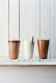 Šokolādes, baltās šokolādes un mandeļu kakao karstie dzērieni