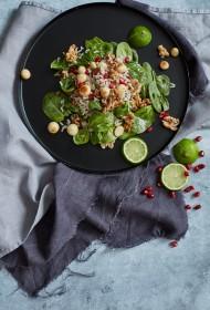 Jauktie trīskrāsu rīsu salāti ar spinātiem, grauzdētiem Makadamijas riekstiem un granātābolu