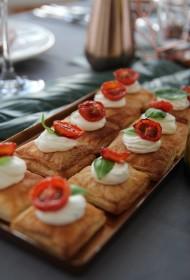 Mini kārtainās mīklas tarteles ar lēni ceptiem tomātiņiem