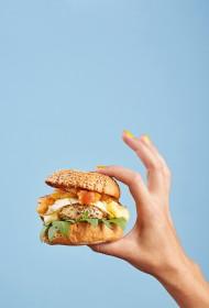 Tītara burgers ar karamelizētiem āboliem
