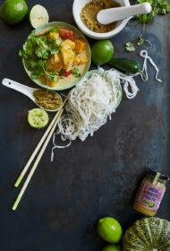 Rīsu nūdeles ar dārzeņu zaļo kariju