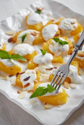 Krāsnī cepts ananāss ar piparmētru jogurtu