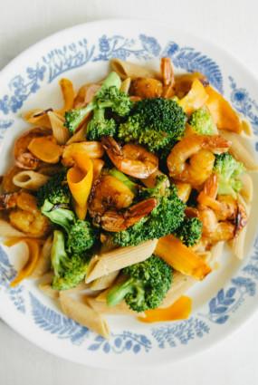 Garneles ar brokoļiem vai sparģeļiem un pastu