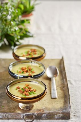 Puravu zupa ar turku zirņu grauzdiņiem