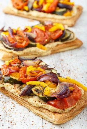 Vegānu tarte ar humusu un krāsnī ceptiem dārzeņiem