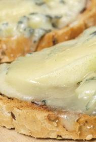 Bumbieru un zilā siera bruschetta