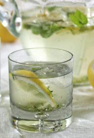 Citronu-piparmētru dzirkstošais dzēriens