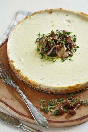 Sāļā siera kūka ar zilo sieru un meža sēnītēm