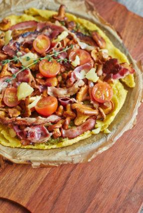 Polentas pica ar gailenēm un bekonu