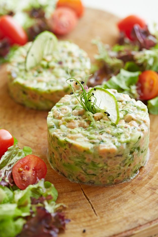 Laša tartars ar avokado un gurķi