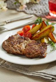Marinēts cūkgaļas karbonādes steiks ar jaunajiem kartupeļiem