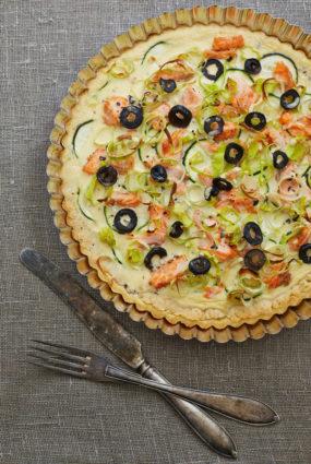 Olīvu krēmsiera tarte ar lasi, cukīni un puraviem