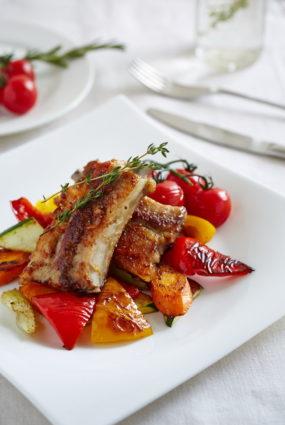 Cūkgaļas ribiņas pikantā medus un sinepju glazūrā ar grilētiem dārzeņiem