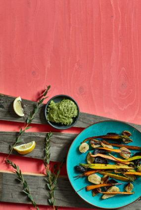 Krāsnī cepti dārzeņi ar zaļumu sviestu