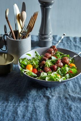 Mini frikadeles upeņu mērcē ar svaigiem salātiem