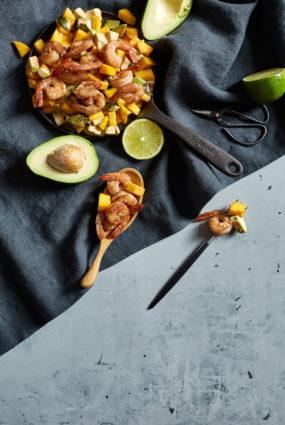 Garneles granātābolu mērcē ar mango un avokado salātiem