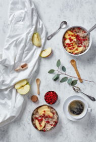 Graudaugu putra ar karamelizētiem āboliem un brūklenēm