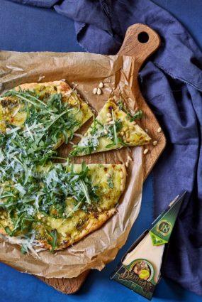 Netradicionāli un bezgala gardi! Baltā pica ar sieru, ciedru riekstiem un slepeno sastāvdaļu