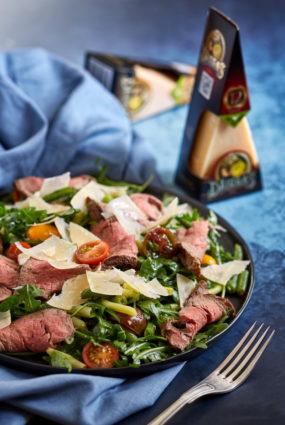 Siltie steika salāti ar rukolu, tomātiem un sviesta pupiņām
