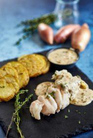 Gardi un izsmalcināti! Baltās zivs fileja šalotes sīpolu un kaperu mērcē ar krāsnī ceptiem kartupeļiem