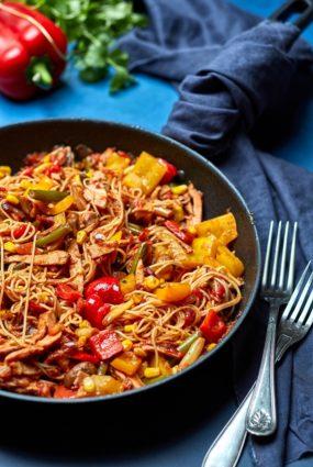"""Vēlies Āzijas ēdienu, un vēlies to ātri? Lūk, recepte no """"Gatavo 3"""" fiksajām vistas """"wok"""""""