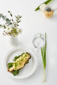 Brusketa ar pavasarīgu olu kulteni un lociņiem
