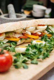 Recepte pavasara piknikam! Viegla bagete ar tomātiem, kūpinātu zivi un paštaisītu majonēzi