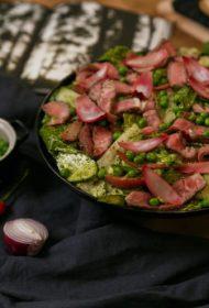Vasarīgi viegla recepte! Liellopa steika salāti ar gurķiem, marinētiem sīpoliem un piparmētru salsu
