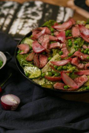 Liellopa steika salāti ar gurķiem, marinētiem sīpoliem un piparmētru salsu