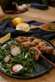 Gan mājās, gan dabā! Gards vistas šašliks alus un ingvera marinādē ar viegliem salātiem