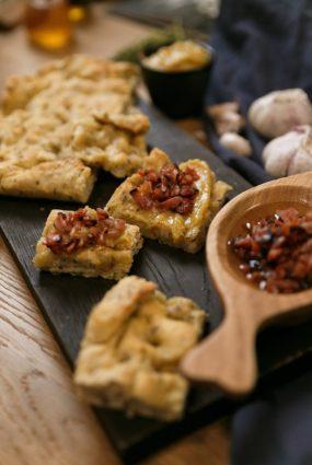 Lieliska alternatīva speķa pīrāgiem! Fokača ar ķimenēm, bekona kraukšķīšiem un ķiploku smēriņu