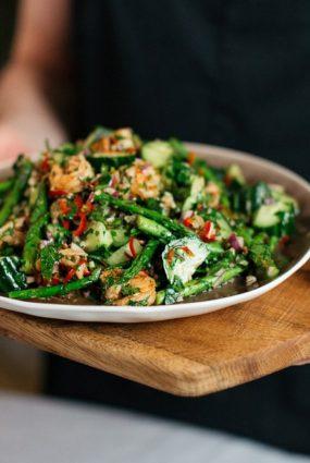 Grilētu sparģeļu un garneļu salāti ar svaigu gurķi un rabarberiem