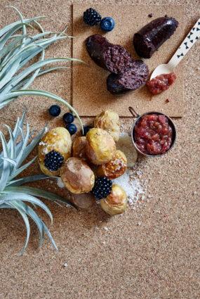Krāsnī cepti jaunie kartupeļi ar asinsdesu un rabarberu čatniju