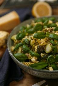 Recepte, lai vari ilgāk zvilnēt pludmalē! Ātrie salāti ar vistu, pilngraudu makaroniem un pesto