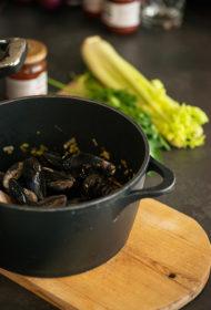 """Jūras delikatese ar attieksmi – mīdijas ar čorizo un """"Pūres"""" salsa mērci"""