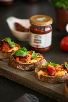 """Ātrā itāļu uzkoda – bruschetta ar tomātiem un """"Pūres"""" adžiku"""