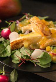 Cepts halloumi siers ar salātiem un mango smēriņa mērci