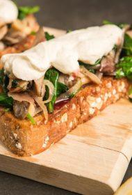 """Smalkās brokastis – kraukšķīga maize ar rikotu, austersēnēm, spinātiem un """"Pūres"""" dzērveņu sīrupu"""