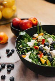 Vasarīgie augļu salāti ar kazas sieru