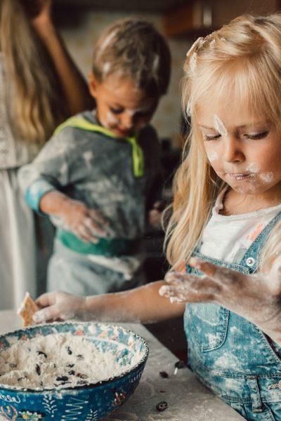 Bērns virtuvē – apdraudējums vai pamats patstāvībai?