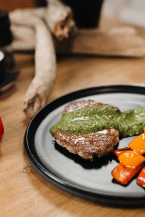 Gards steiks ar piparmētru mērci un grilētu papriku