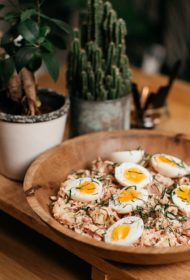 Kāpostu un krabju salāti ar vārītiem kartupeļiem un brūkleņu majonēzi