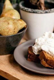 Viegli un ātri pagatavojamā krustnagliņu un bumbieru maize ar kardamona putukrējumu