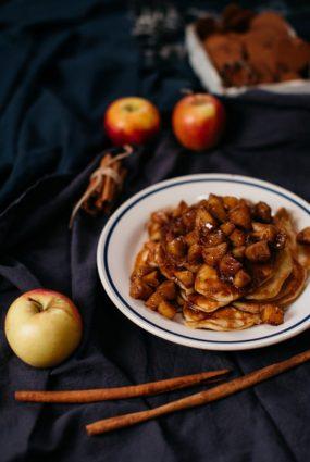 Rauga pankūkas ar Ziemassvētku garšvielās ceptiem āboliem