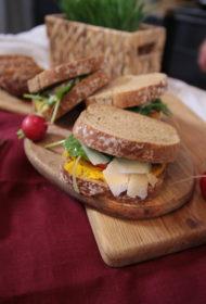 Kamas maize ar krēmīgo burkānu sviestu, redīsu lapu, selerijas salātiem un mančego kazas sieru