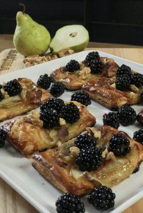Kārtainās mīklas tartes ar vīģu ievārījumu, gorgonzolas sieru un bumbieriem
