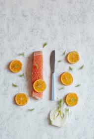 Krāsnī cepts lasis ar mandarīniem un fenheli